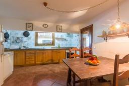 Кухня. Испания, Польенса : Уютная вилла обставленная в традиционном стиле, с 2 спальнями, 1 ванной комнатой и собственным бассейном, барбекю, шезлонгами.