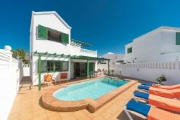 Бассейн. Испания, Лансароте : Отличная вилла для отдыха на испанском острове Лансароте, 3 спальни, 2 ванные комнаты, частный бассейн с подогревом, вид на море