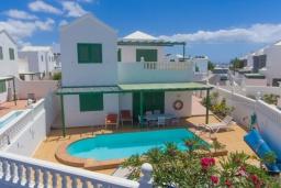 Вид на виллу/дом снаружи. Испания, Лансароте : Отличная вилла для отдыха на испанском острове Лансароте, 3 спальни, 2 ванные комнаты, частный бассейн с подогревом, вид на море