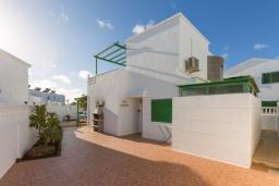 Патио. Испания, Лансароте : Отличная вилла для отдыха на испанском острове Лансароте, 3 спальни, 2 ванные комнаты, частный бассейн с подогревом, вид на море