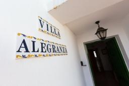 Вход. Испания, Лансароте : Отличная вилла для отдыха на испанском острове Лансароте, 3 спальни, 2 ванные комнаты, частный бассейн с подогревом, вид на море