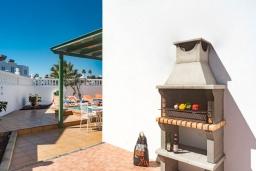 Зона барбекю / Мангал. Испания, Лансароте : Отличная вилла для отдыха на испанском острове Лансароте, 3 спальни, 2 ванные комнаты, частный бассейн с подогревом, вид на море
