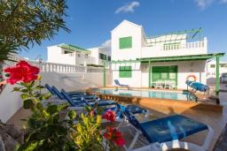 Зона отдыха у бассейна. Испания, Лансароте : Отличная вилла для отдыха на испанском острове Лансароте, 3 спальни, 2 ванные комнаты, частный бассейн с подогревом, вид на море