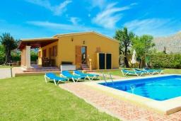 Вид на виллу/дом снаружи. Испания, Польенса : Красивая вилла для отдыха на испанском острове Майорка, может вместить до 6 человек с 3 спальнями, 2 ванными комнатами и собственным бассейном.