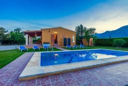Бассейн. Испания, Польенса : Красивая вилла для отдыха на испанском острове Майорка, может вместить до 6 человек с 3 спальнями, 2 ванными комнатами и собственным бассейном.
