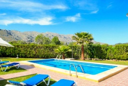 Зона отдыха у бассейна. Испания, Польенса : Красивая вилла для отдыха на испанском острове Майорка, может вместить до 6 человек с 3 спальнями, 2 ванными комнатами и собственным бассейном.