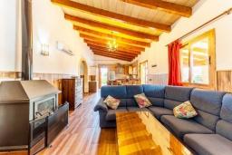 Терраса. Испания, Польенса : Красивая вилла для отдыха на испанском острове Майорка, может вместить до 6 человек с 3 спальнями, 2 ванными комнатами и собственным бассейном.