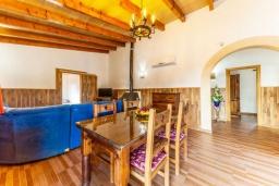 Обеденная зона. Испания, Польенса : Красивая вилла для отдыха на испанском острове Майорка, может вместить до 6 человек с 3 спальнями, 2 ванными комнатами и собственным бассейном.
