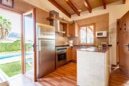 Кухня. Испания, Польенса : Красивая вилла для отдыха на испанском острове Майорка, может вместить до 6 человек с 3 спальнями, 2 ванными комнатами и собственным бассейном.