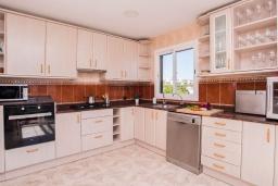 Кухня. Испания, Порто Колом : Современная ухоженная вилла для отдыха на Майорке, с 4 спальнями, 3 ванными комнатами и большим частным бассейном