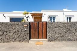 Вход. Испания, Лансароте : Безупречная вилла с видом на море для отдыха на восхитительном курорте с шикарным песчаным пляжем протяженностью в 6 км, с 5 спальнями, 3 ванными комнатами и бассейном с подогревом