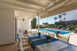 Обеденная зона. Испания, Лансароте : Безупречная вилла с видом на море для отдыха на восхитительном курорте с шикарным песчаным пляжем протяженностью в 6 км, с 5 спальнями, 3 ванными комнатами и бассейном с подогревом