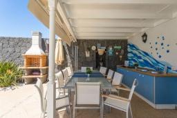 Летняя кухня. Испания, Лансароте : Безупречная вилла с видом на море для отдыха на восхитительном курорте с шикарным песчаным пляжем протяженностью в 6 км, с 5 спальнями, 3 ванными комнатами и бассейном с подогревом