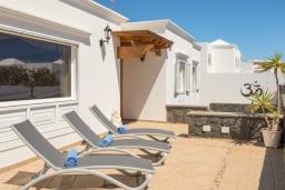Терраса. Испания, Лансароте : Безупречная вилла с видом на море для отдыха на восхитительном курорте с шикарным песчаным пляжем протяженностью в 6 км, с 5 спальнями, 3 ванными комнатами и бассейном с подогревом