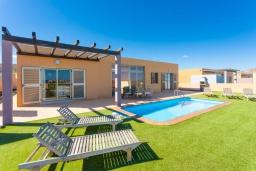 Зона отдыха у бассейна. Испания, Фуэртевентура : Вилла для отдыха с невероятными видами на море и поле для гольфа, с 3 спальнями, 3 ванными комнатами, а также отдельным бассейном с подогревом