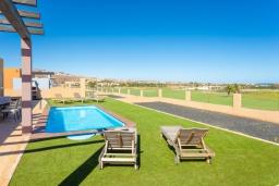 Терраса. Испания, Фуэртевентура : Вилла для отдыха с невероятными видами на море и поле для гольфа, с 3 спальнями, 3 ванными комнатами, а также отдельным бассейном с подогревом