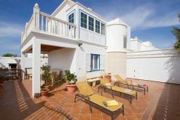 Вид на виллу/дом снаружи. Испания, Лансароте : Красивая вилла с видом на море, в 5 минутах от песчаного пляжа, с 4 спальнями, 2 ванными комнатами, а также отдельным бассейном с подогревом