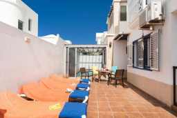 Терраса. Испания, Лансароте : Красивая вилла с видом на море, в 5 минутах от песчаного пляжа, с 4 спальнями, 2 ванными комнатами, а также отдельным бассейном с подогревом