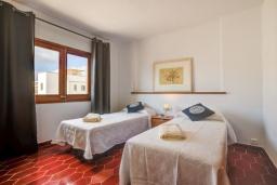 Спальня. Испания, Польенса : Прекрасная уютная вилла на побережье, с 3 спальнями и 2 ванными комнатами.