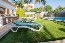 Зона отдыха у бассейна. Испания, Са Рапита : Очаровательная вилла для отдыха на испанском на испанском острове Майорка,