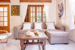 Гостиная / Столовая. Испания, Са Рапита : Очаровательная вилла для отдыха на испанском на испанском острове Майорка,