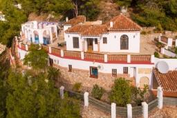 Вид на виллу/дом снаружи. Испания, Фрихильяна : Роскошная вилла с видом на море и горы,  2 спальнями, 2 ванными комнатами, а также собственным бассейном, WIFI, парковка