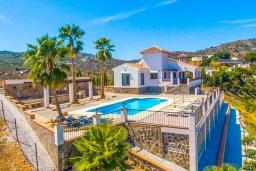 Вид на виллу/дом снаружи. Испания, Фрихильяна : Просторная вилла расположенная на возвышенности с прекрасным видом на море, с 4 спальнями, 2 ванными комнатами и частным бассейном