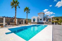 Бассейн. Испания, Фрихильяна : Просторная вилла расположенная на возвышенности с прекрасным видом на море, с 4 спальнями, 2 ванными комнатами и частным бассейном