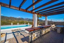 Беседка. Испания, Фрихильяна : Просторная вилла расположенная на возвышенности с прекрасным видом на море, с 4 спальнями, 2 ванными комнатами и частным бассейном