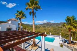 Вид. Испания, Фрихильяна : Просторная вилла расположенная на возвышенности с прекрасным видом на море, с 4 спальнями, 2 ванными комнатами и частным бассейном