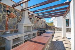 Зона барбекю / Мангал. Испания, Фрихильяна : Просторная вилла расположенная на возвышенности с прекрасным видом на море, с 4 спальнями, 2 ванными комнатами и частным бассейном