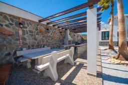 Обеденная зона. Испания, Фрихильяна : Просторная вилла расположенная на возвышенности с прекрасным видом на море, с 4 спальнями, 2 ванными комнатами и частным бассейном