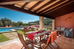 Патио. Испания, Польенса : Традиционная средиземноморская вилла с мезонином, частным садом, бассейном и открытой парковкой находится в Полленсе, в нескольких минутах езды от ее центра, 3 спальни, 2 ванные комнаты, Wi-Fi.