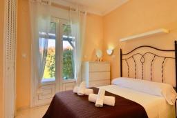 Спальня. Испания, Олива : Частная вилла в окружении пышной средиземноморской растительности, гостиная, 2 спальни, 2 ванных комнаты, бассейн, Wi-Fi, парковка