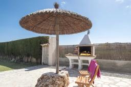 Зона барбекю / Мангал. Испания, Польенса : Просторный семейный загородный дом неподалеку от гор Трамунтана и самых красивых пляжей Майорки с бассейном, террасой, барбекю и собственной парковкой, 3 спальни, 2 ванные комнаты, Wi-Fi