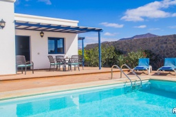 Зона отдыха у бассейна. Испания, Лансароте : Красивая вилла с видом на море, с 3 спальнями, 2 ванными комнатами, а также отдельным бассейном с подогревом