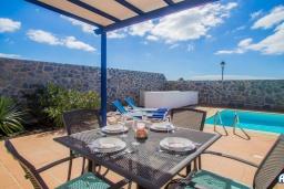 Обеденная зона. Испания, Лансароте : Красивая вилла с видом на море, с 3 спальнями, 2 ванными комнатами, а также отдельным бассейном с подогревом