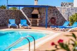 Бассейн. Испания, Лансароте : Красивая вилла с видом на море, с 3 спальнями, 2 ванными комнатами, а также отдельным бассейном с подогревом