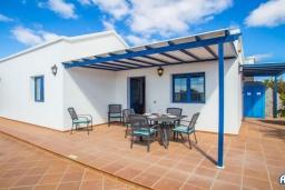 Терраса. Испания, Лансароте : Красивая вилла с видом на море, с 3 спальнями, 2 ванными комнатами, а также отдельным бассейном с подогревом