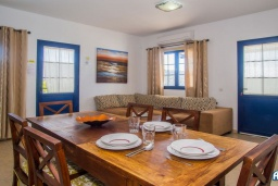 Гостиная / Столовая. Испания, Лансароте : Красивая вилла с видом на море, с 3 спальнями, 2 ванными комнатами, а также отдельным бассейном с подогревом