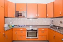 Кухня. Испания, Лансароте : Красивая вилла с видом на море, с 3 спальнями, 2 ванными комнатами, а также отдельным бассейном с подогревом