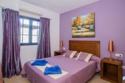 Спальня. Испания, Лансароте : Красивая вилла с видом на море, с 3 спальнями, 2 ванными комнатами, а также отдельным бассейном с подогревом