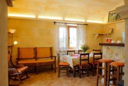 Гостиная / Столовая. Испания, Феланикс : Атмосферная вилла для отдыха на Майорке, с 3 спальнями, 3 ванными комнатами и собственным бассейном.