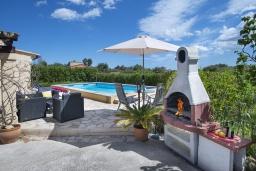Зона барбекю / Мангал. Испания, Польенса : Уютная вилла, расположенная между городом Полленса и пляжем Пуэрто-Полленса, с зеленым садом, бассейном, большой террасой и открытой обеденной зоной, 3 спальни, 2 ванные комнаты, мини-кухня, Wi-Fi.