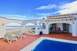 Фасад дома. Испания, Пего : Вилла с панорамным видом на море, гостиной, 2 спальнями, бассейном, Wi-Fi, кондиционерами во всех спальнях