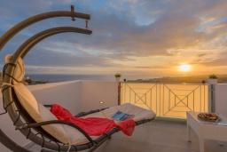 Вид на море. Испания, Коста Адехе : Современная уютная 3-х этажная вилла с террасами и открытым бассейном, 3 спальни, 1 комната-студия, 4 ванные комнаты, Wi-Fi