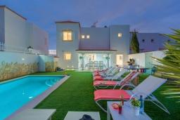 Бассейн. Испания, Коста Адехе : Современная уютная 3-х этажная вилла с террасами и открытым бассейном, 3 спальни, 1 комната-студия, 4 ванные комнаты, Wi-Fi