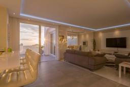 Испания, Коста Адехе : Современная уютная 3-х этажная вилла с террасами и открытым бассейном, 3 спальни, 1 комната-студия, 4 ванные комнаты, Wi-Fi