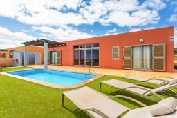 Зона отдыха у бассейна. Испания, Фуэртевентура : Яркая красивая вилла может вместить до 6 человек с 3 спальнями, 3 ванными комнатами, а также отдельным бассейном с подогревом
