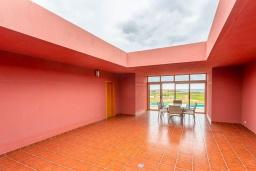 Терраса. Испания, Фуэртевентура : Яркая красивая вилла может вместить до 6 человек с 3 спальнями, 3 ванными комнатами, а также отдельным бассейном с подогревом
